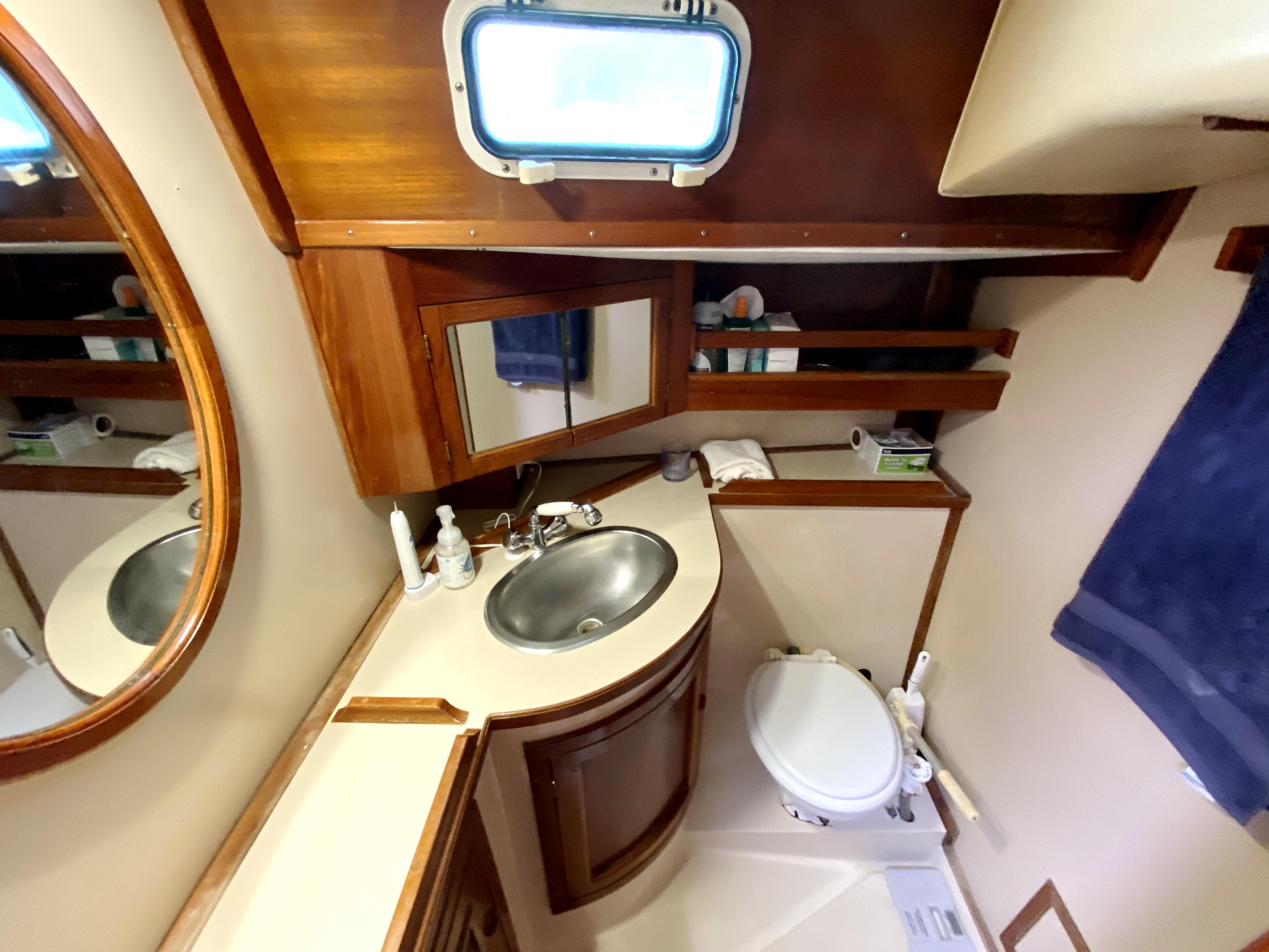 Endeavour 40 Center Cockpit - aft cabin head