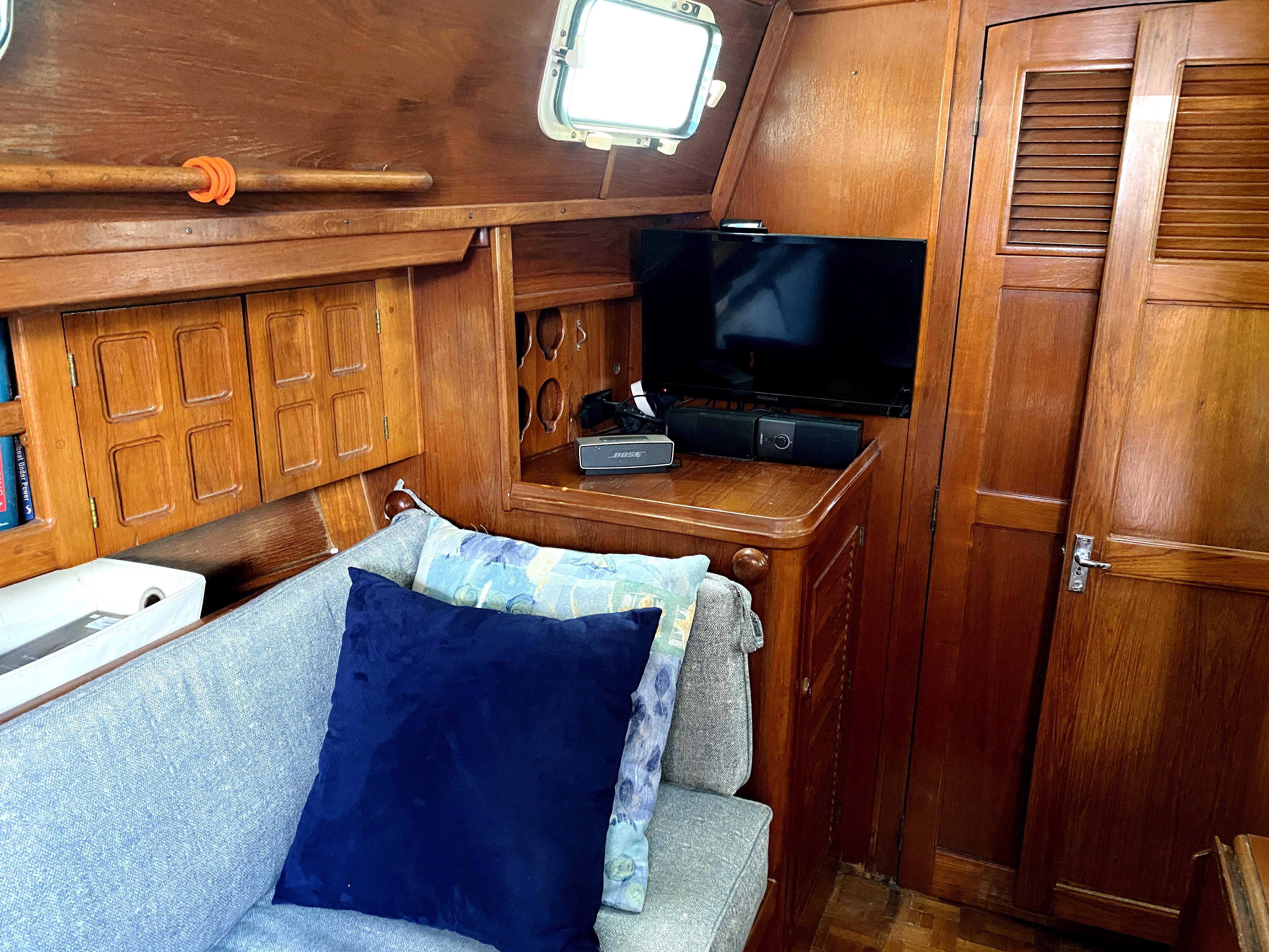 Endeavour 40 Center Cockpit - Port TV