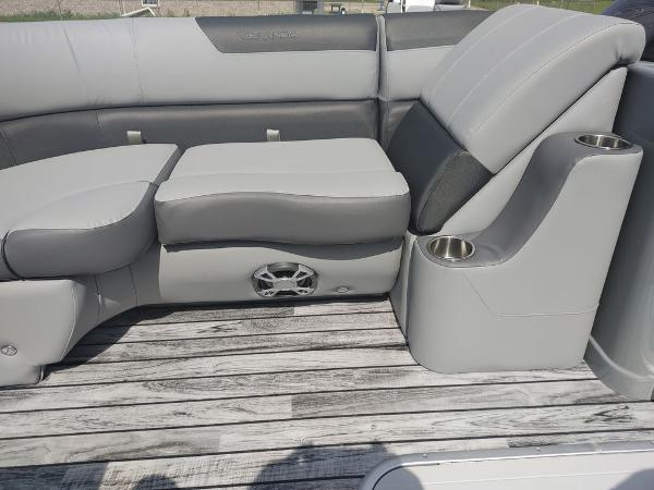 2021 Veranda boat for sale, model of the boat is VR22RC Deluxe Tri-Toon Package & Image # 10 of 34
