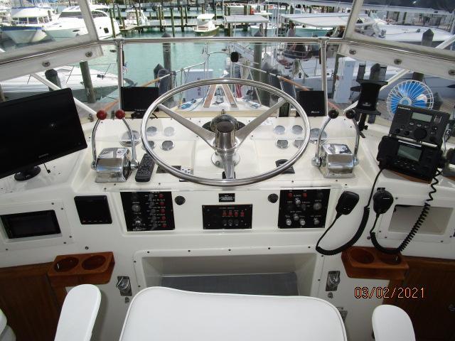 48' Hatteras flybridge helm1