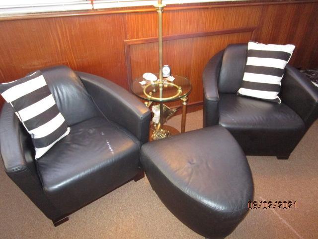 48' Hatteras salon starboard seating