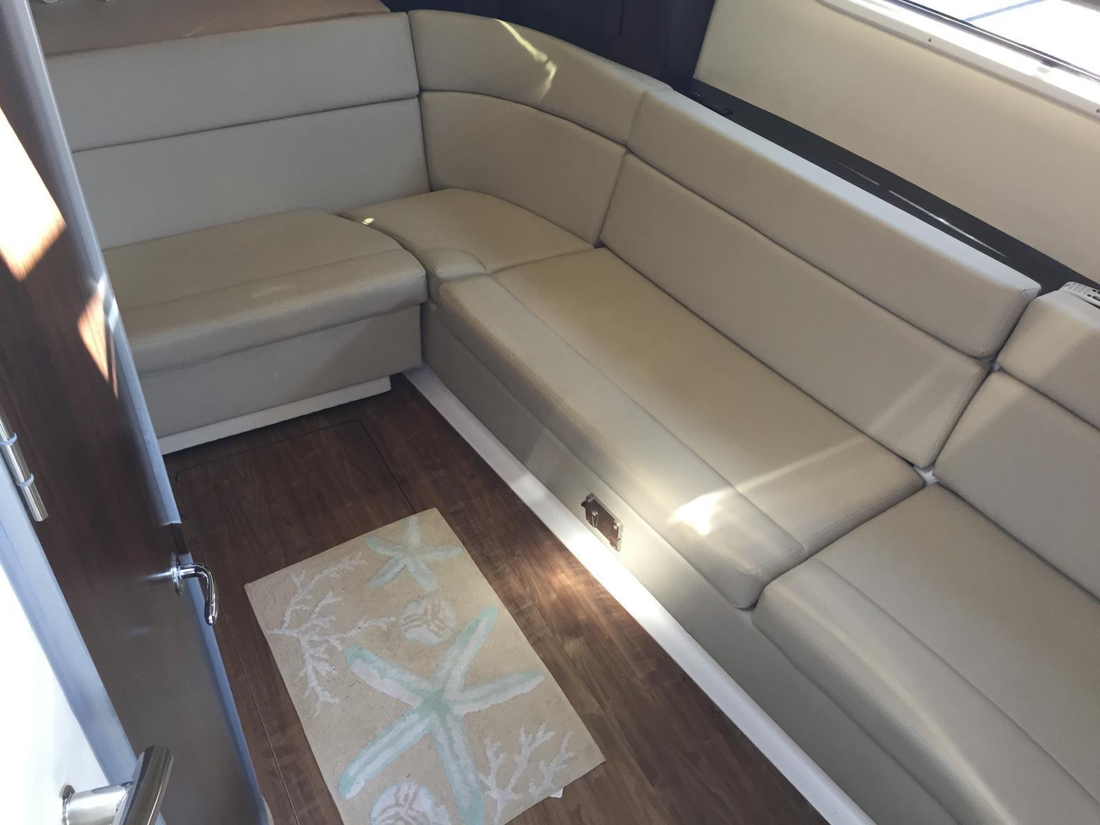 Regal 35 Sport Coupe - Salon settee