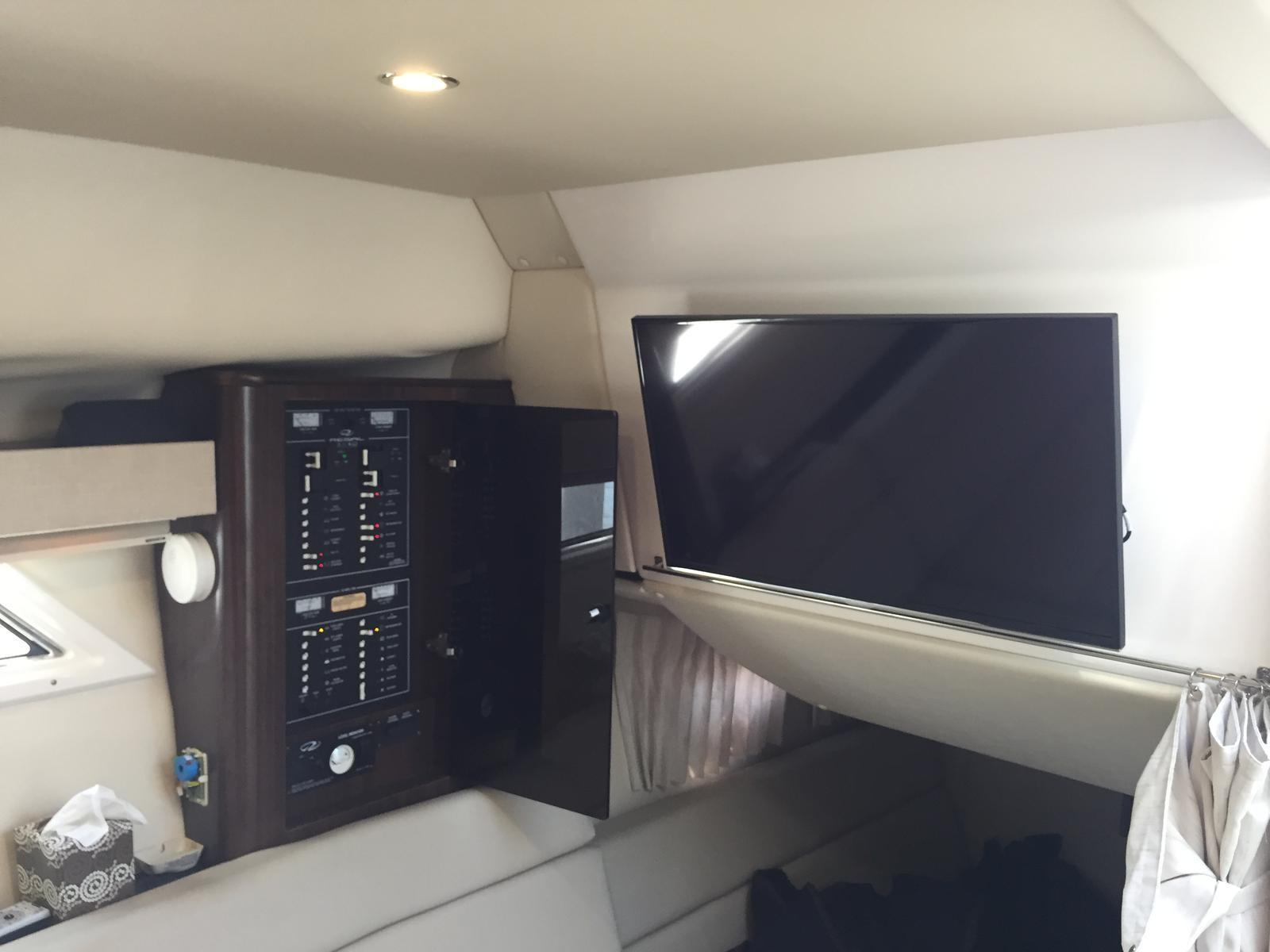 Regal 35 Sport Coupe - Power Panel and Flatscreen TV in Salon