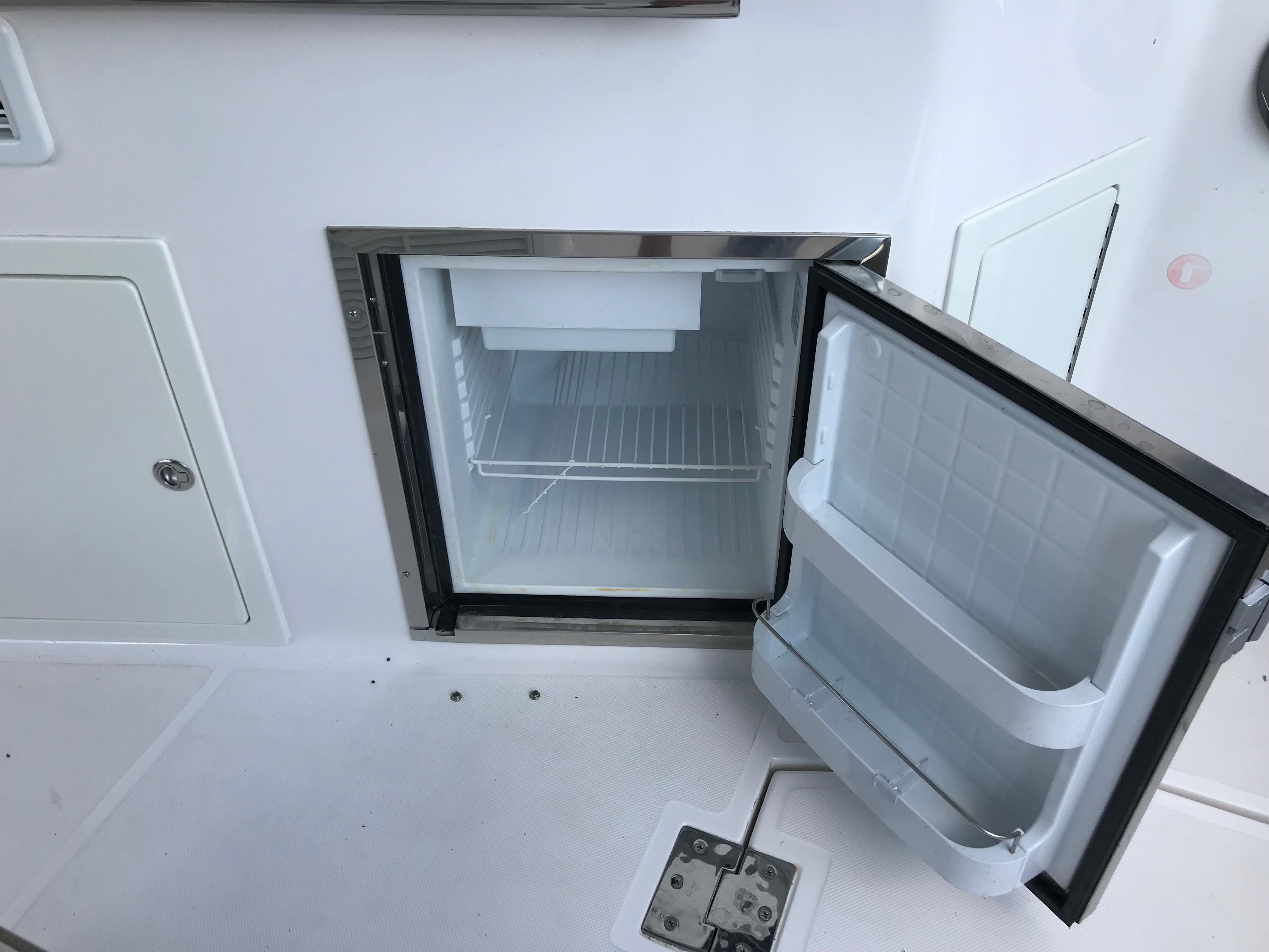 Regal 35 Sport Coupe - Cockpit Refrigerator