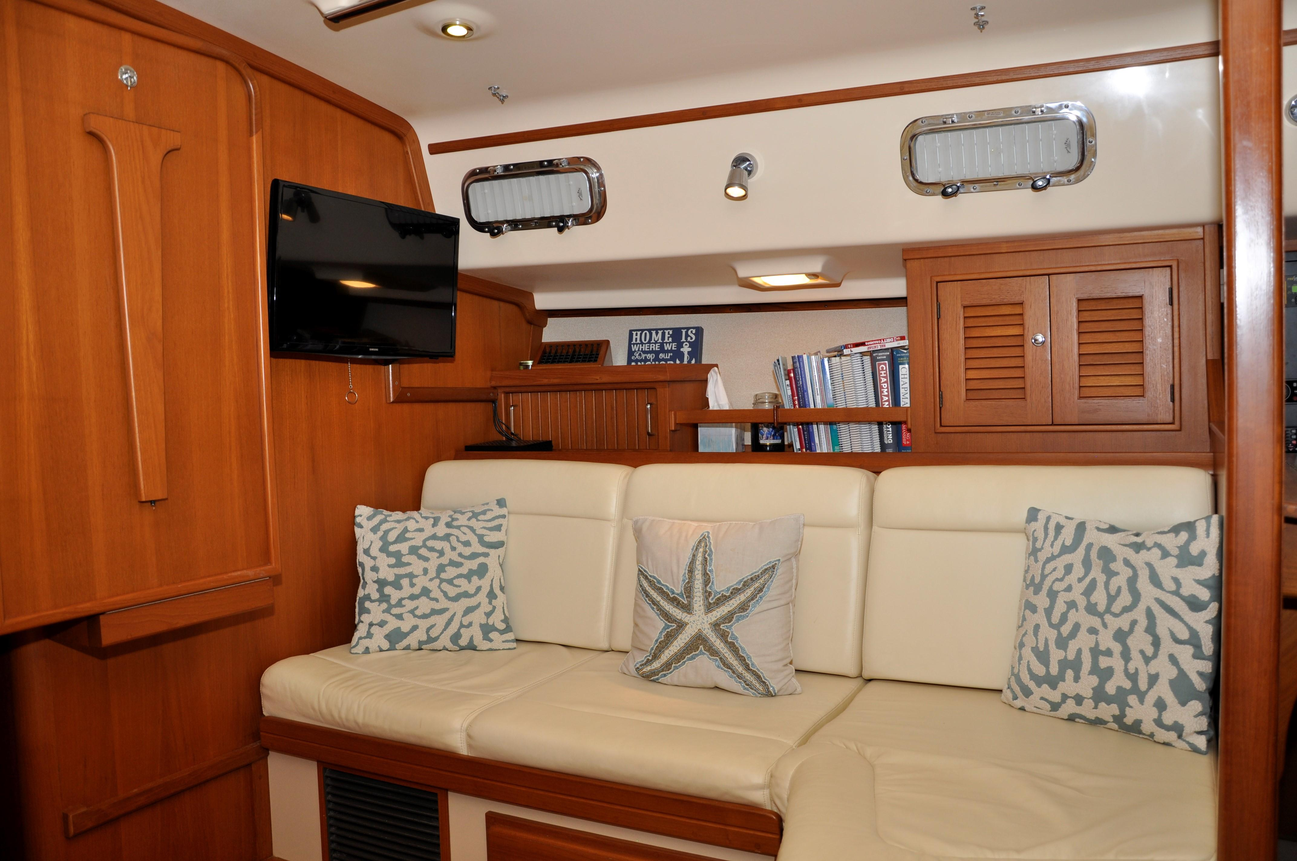 MAIN SALOON STARBOARD SIDE