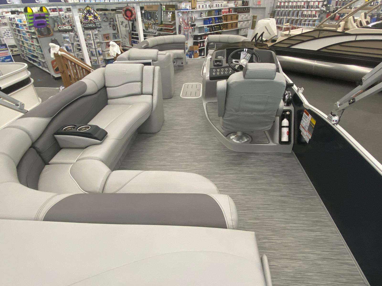 2021 Bennington boat for sale, model of the boat is 25 RL Tri-Toon ESP Performance Package & Image # 2 of 16