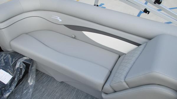 2021 Bennington boat for sale, model of the boat is 22 SVSR & Image # 17 of 48