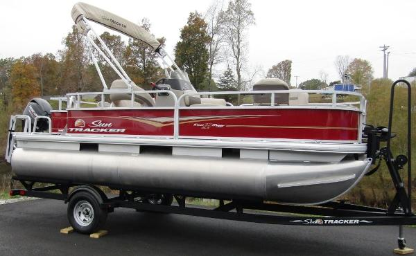 2021 Sun Tracker boat for sale, model of the boat is BASS BUGGY® 18 DLX & Image # 1 of 14