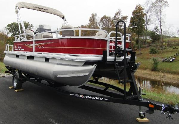 2021 Sun Tracker boat for sale, model of the boat is BASS BUGGY® 18 DLX & Image # 2 of 14
