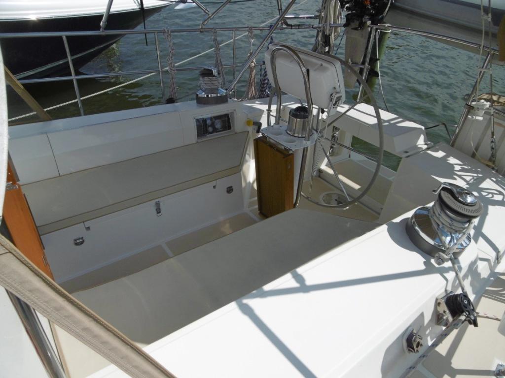 Comfortable large cockpit