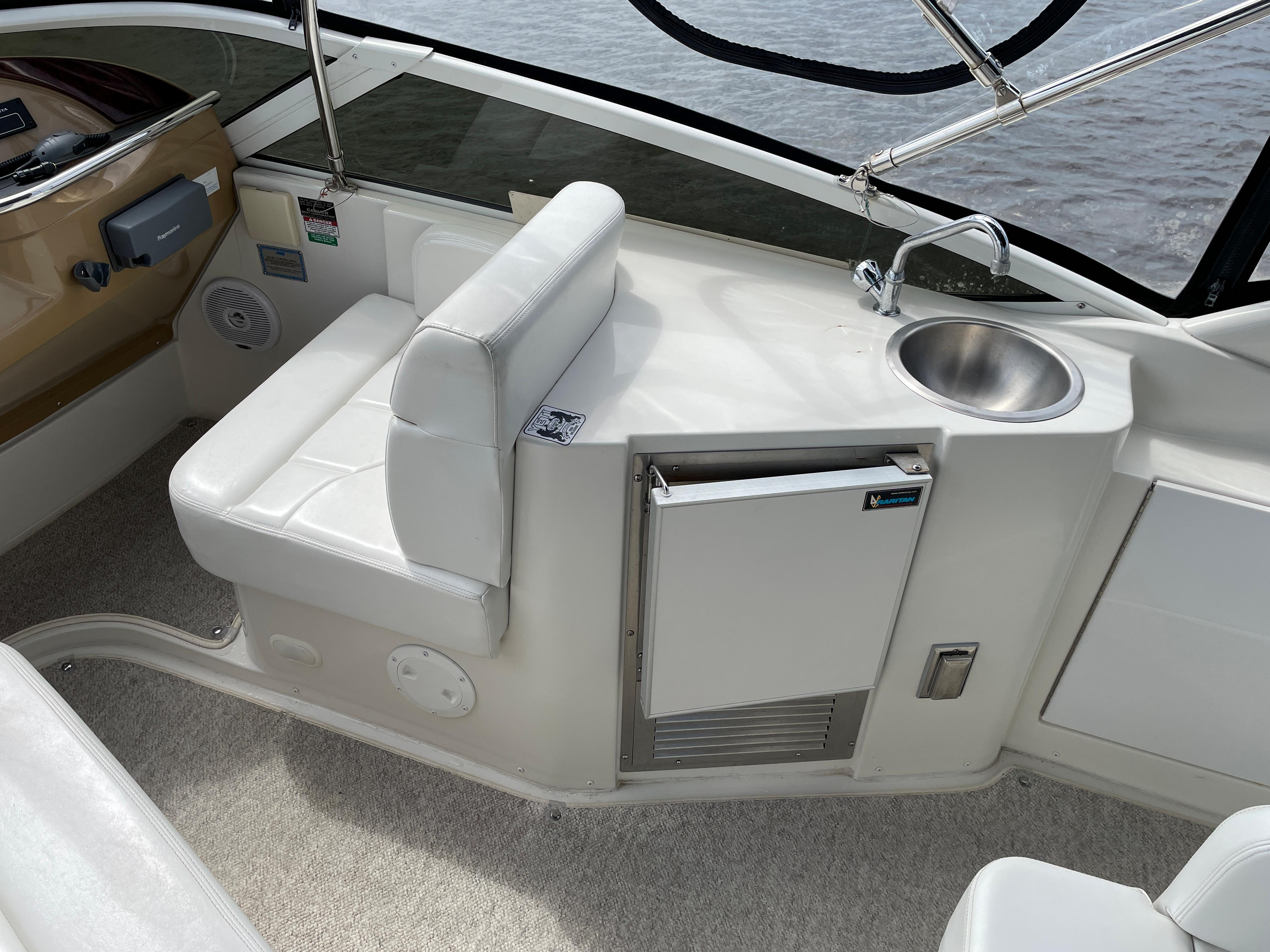 Carver 444 Cockpit Motor Yacht - Companion Seat/Wet Bar/Icemaker