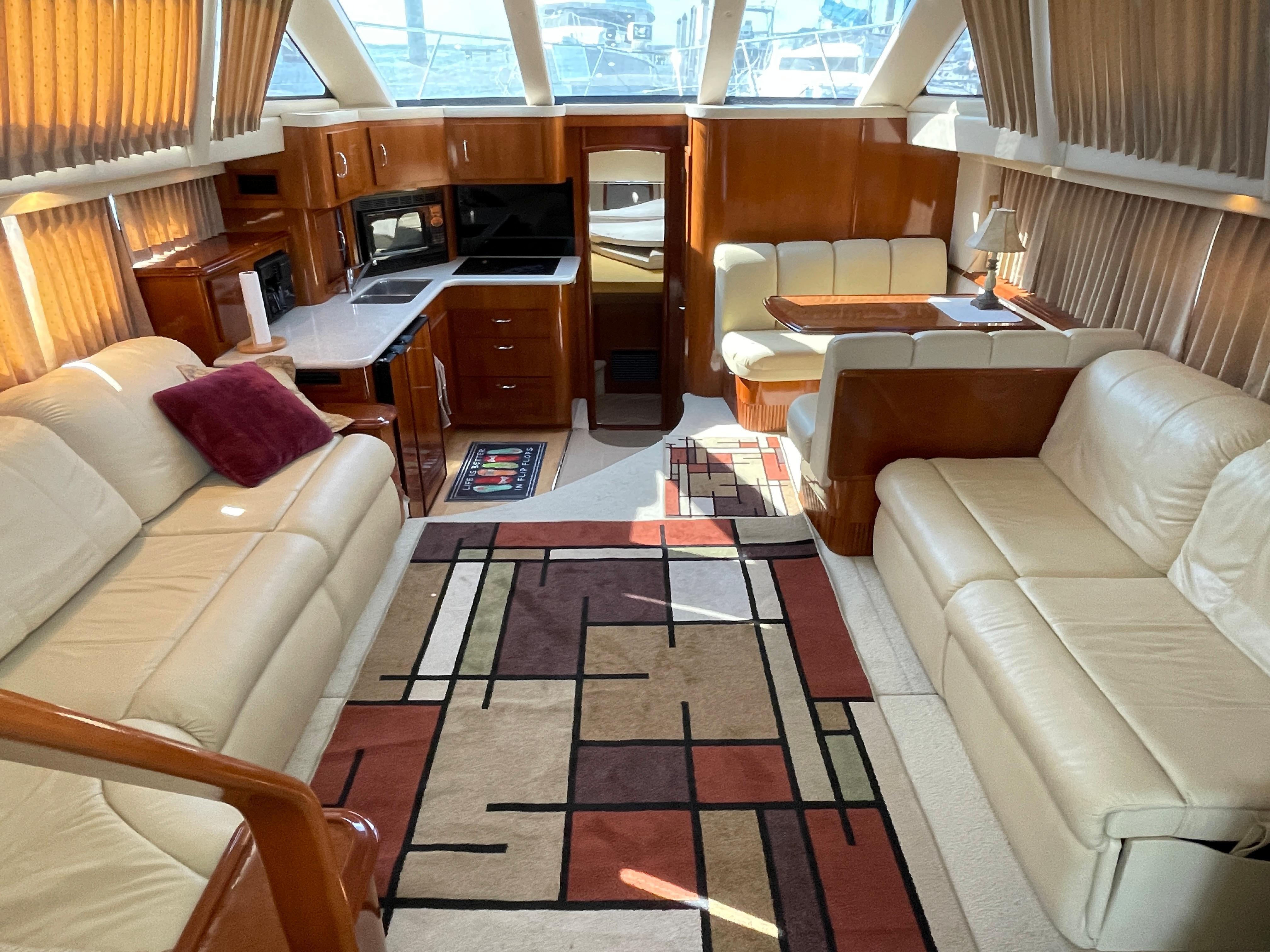 Carver 444 Cockpit Motor Yacht - Salon looking forward