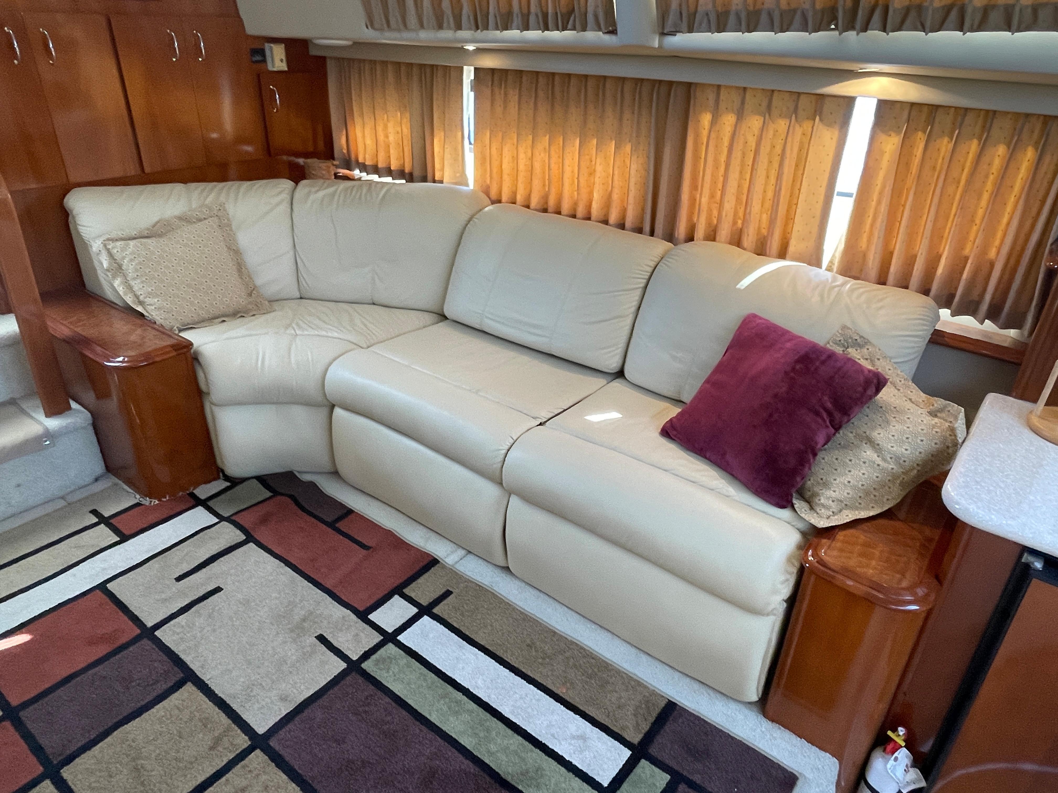 Carver 444 Cockpit Motor Yacht - Salon to port