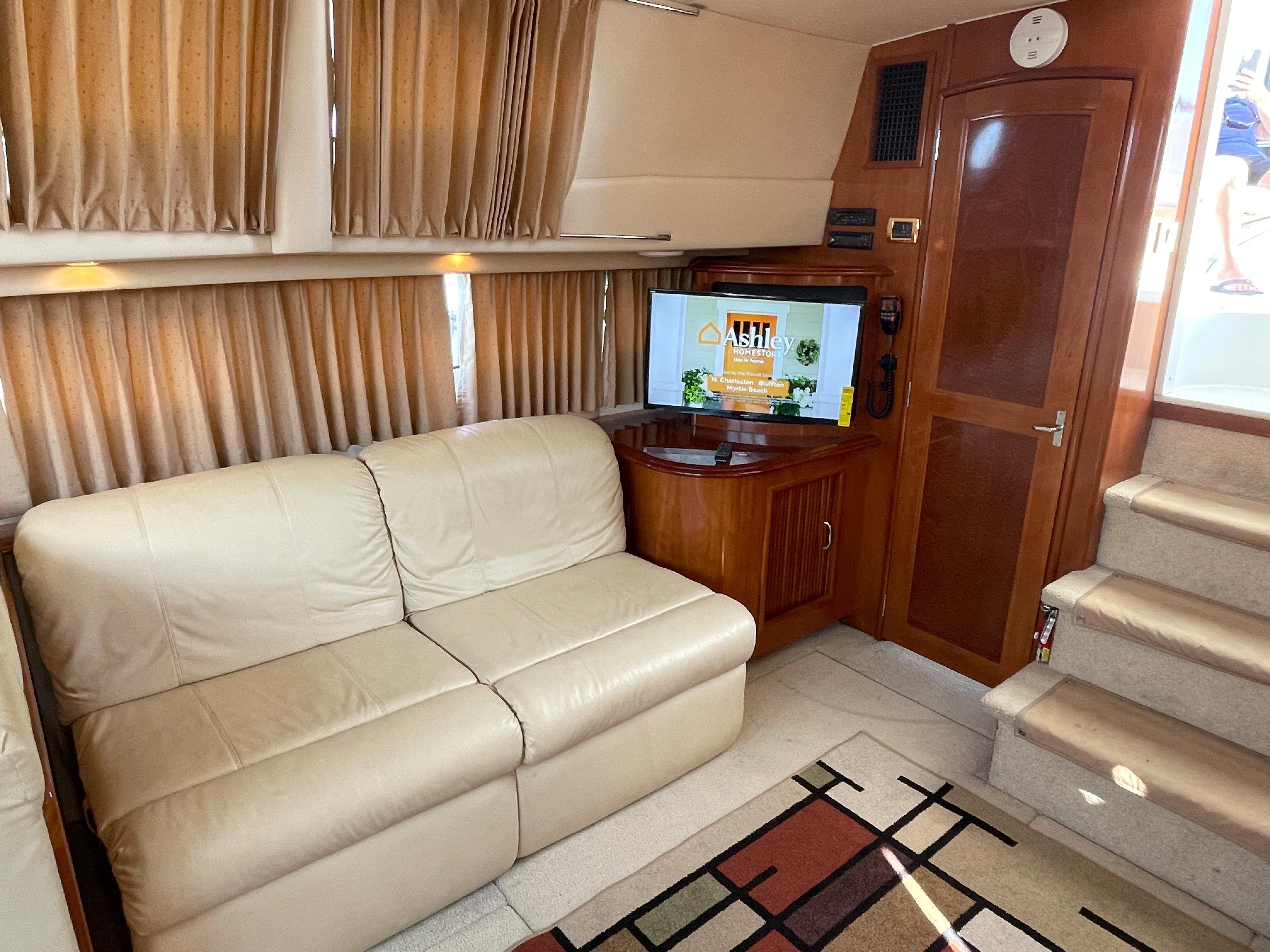 Carver 444 Cockpit Motor Yacht - Salon to Starboard/Double Recliners