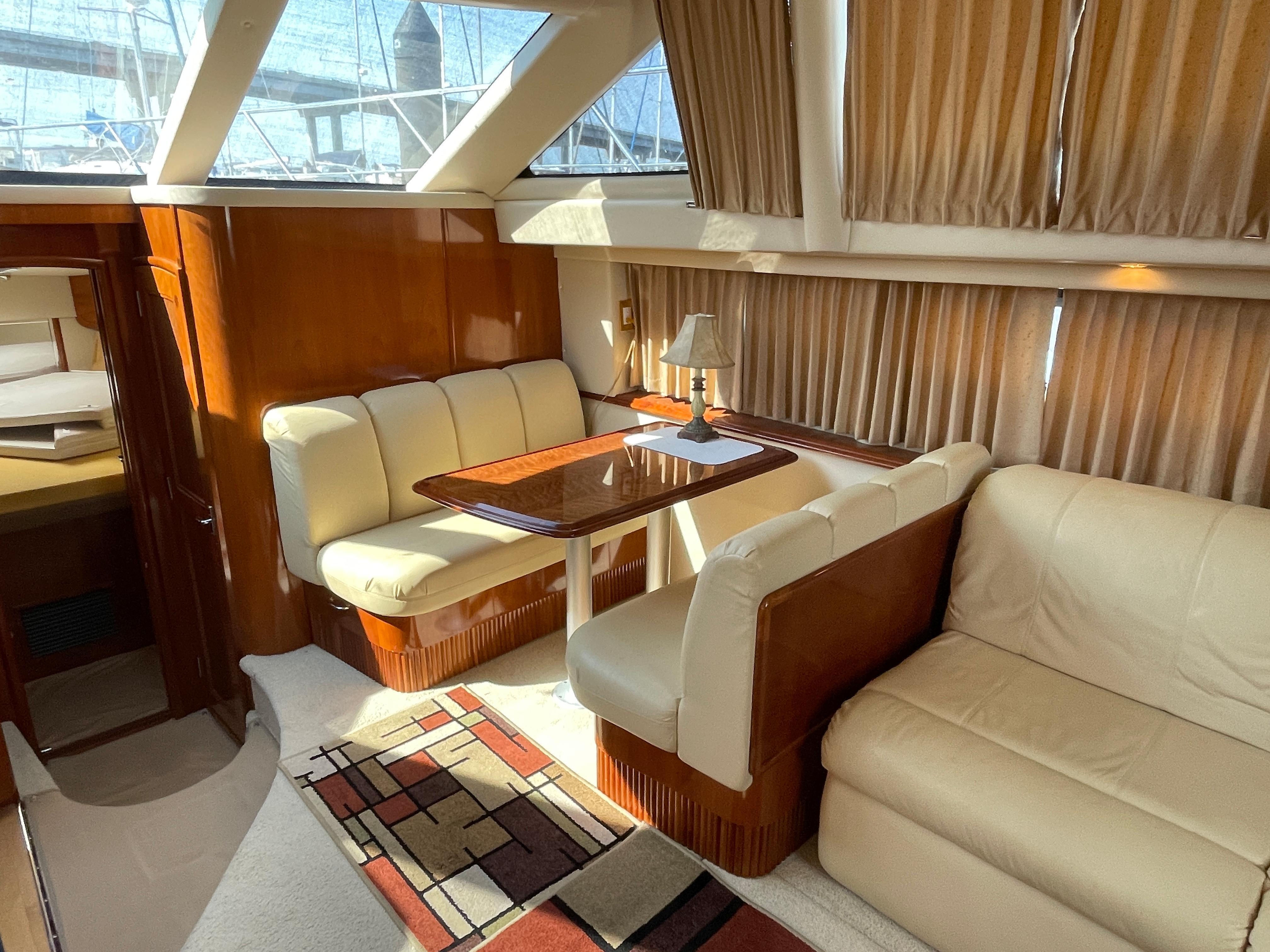 Carver 444 Cockpit Motor Yacht - Dinette