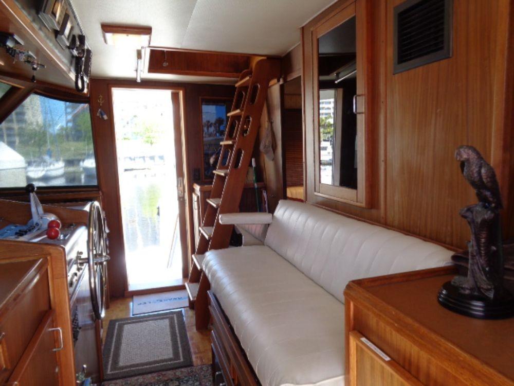 Hatteras 61 Motor Yacht - Pilothouse Seating 2