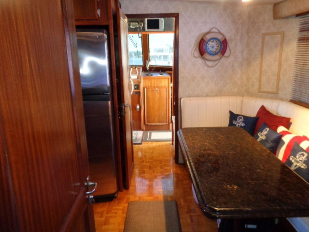 Hatteras 61 Motor Yacht - Dinette