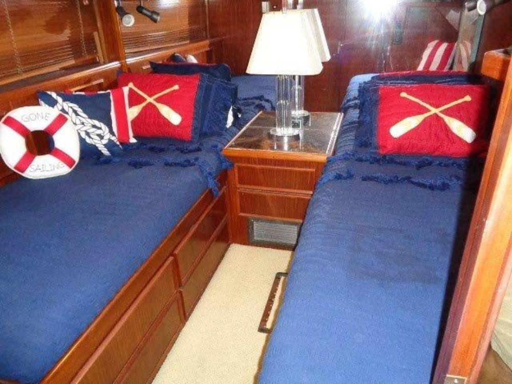 Hatteras 61 Motor Yacht - Guest Cabin