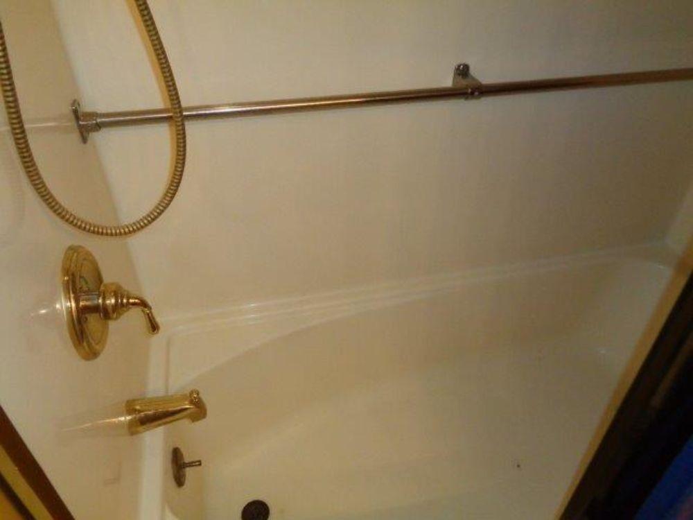 Hatteras 61 Motor Yacht - Master bathtub