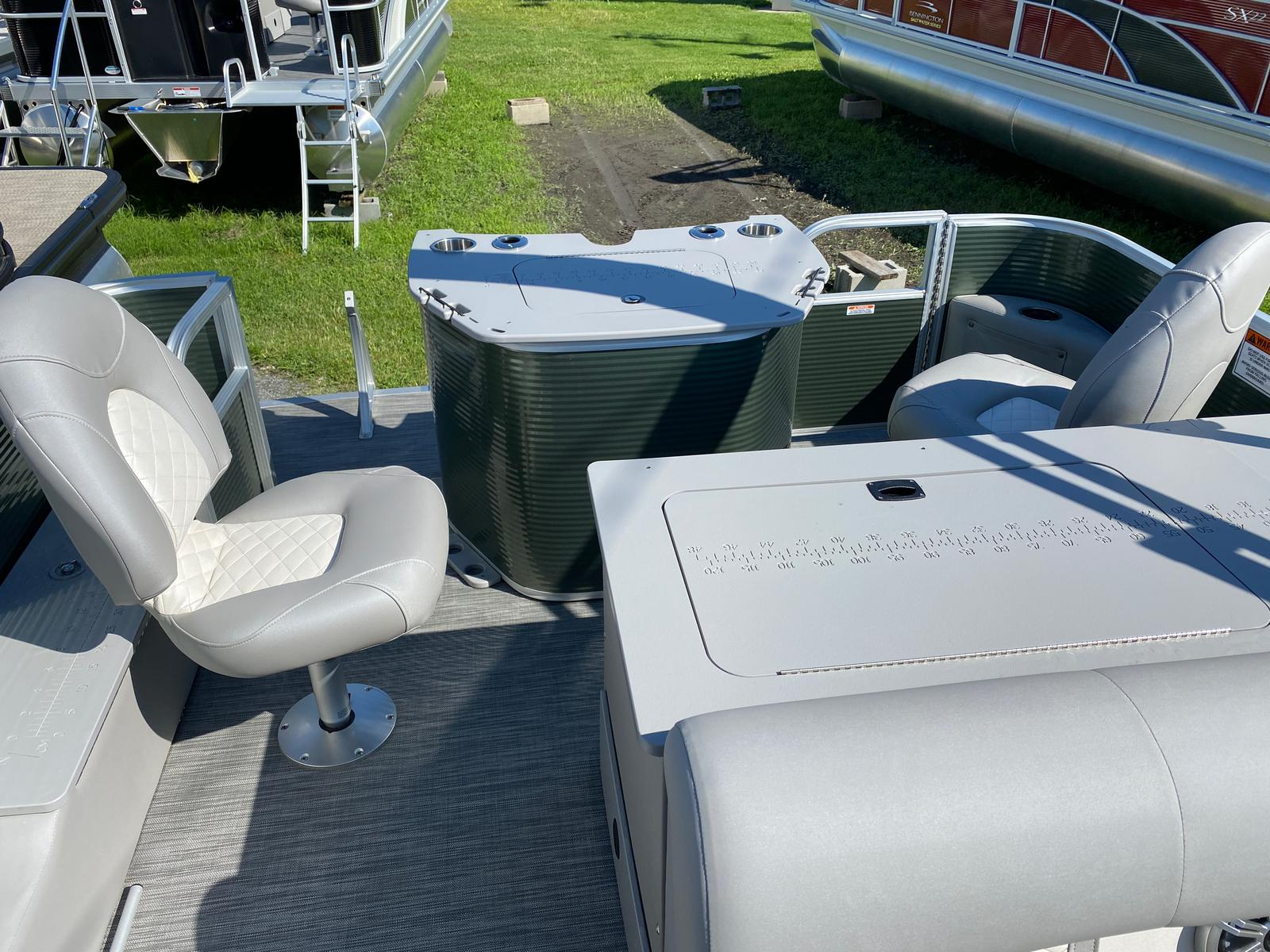 2020 Bennington boat for sale, model of the boat is 23 SFXAPGP - Dual Stern Gates Elliptical Toon & Image # 9 of 10