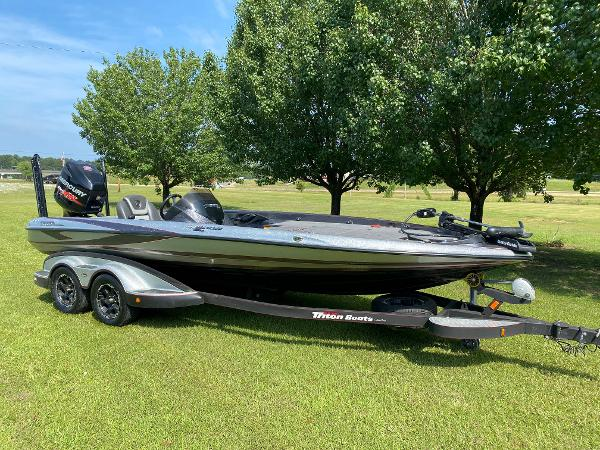2017 Triton boat for sale, model of the boat is 21 TRX & Image # 1 of 27