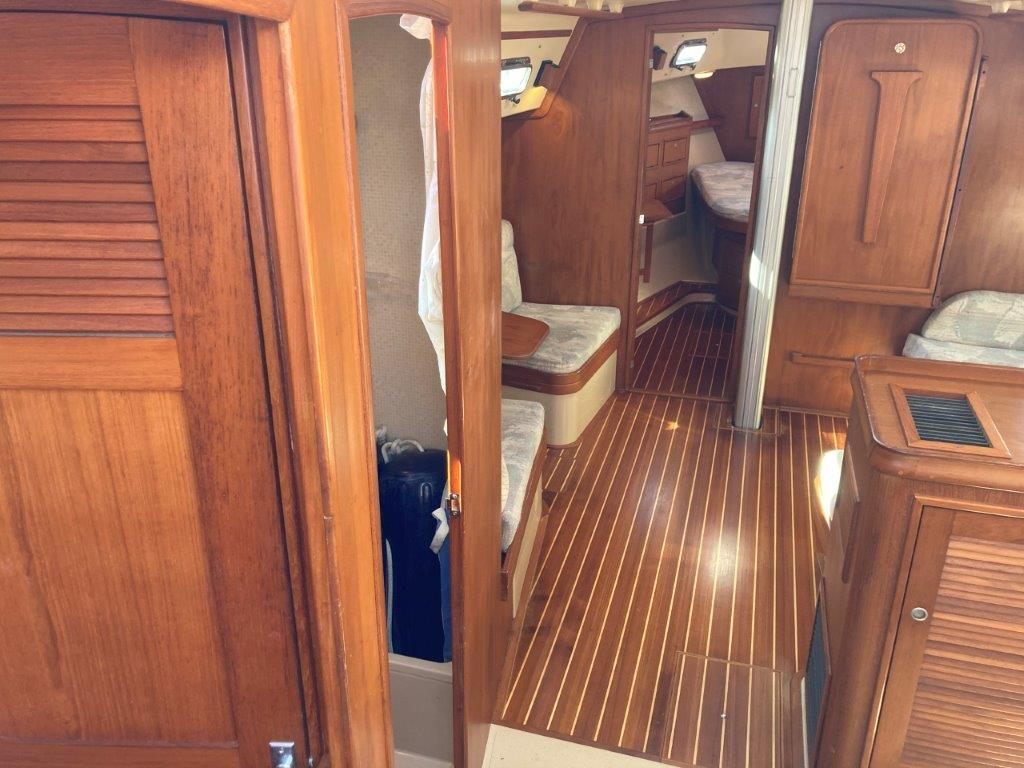 Aft cabin and head with dedication shower to port