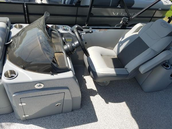 2021 Veranda boat for sale, model of the boat is VR22RC Package Tri-Toon & Image # 12 of 23
