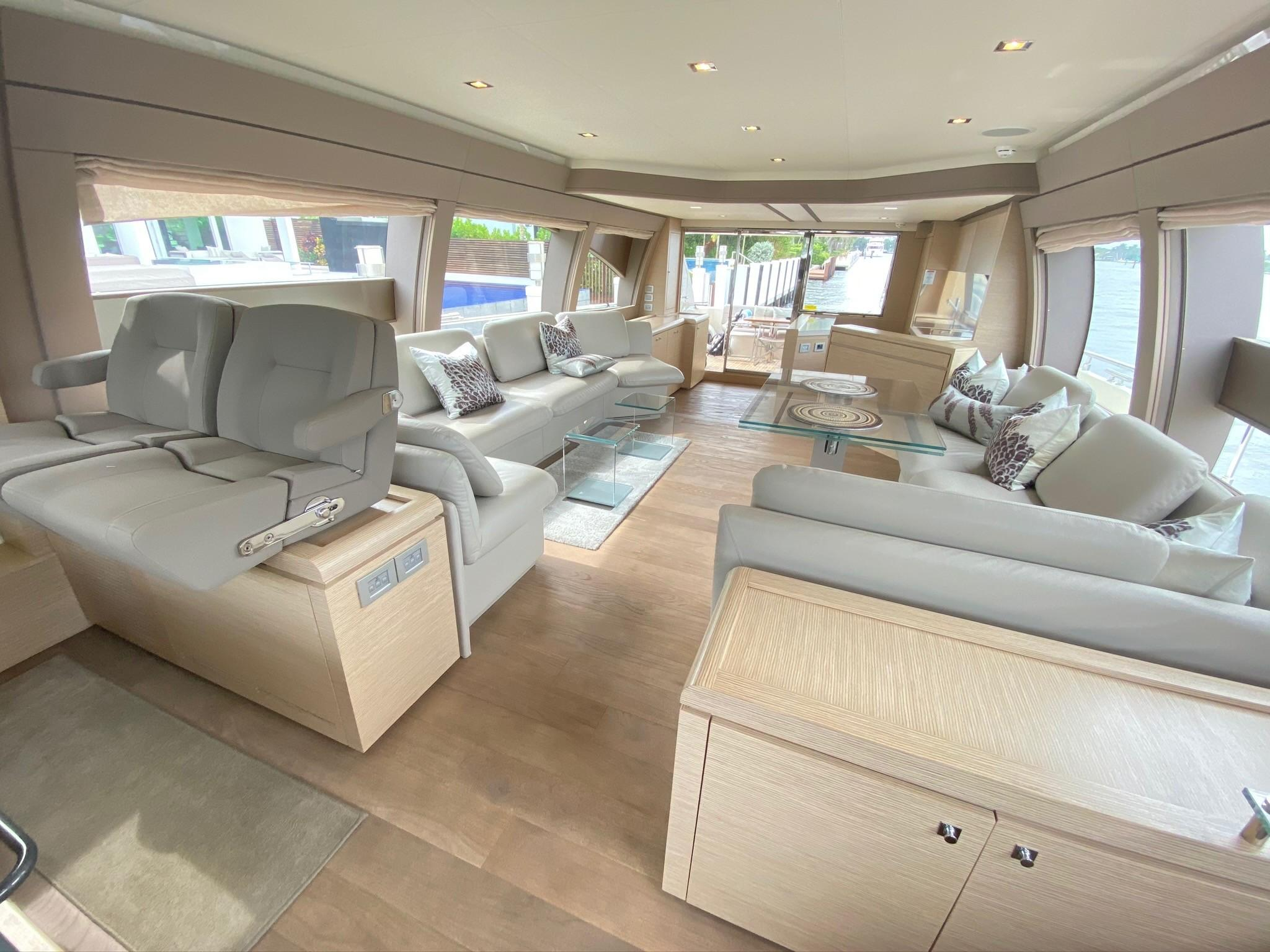 2013 Ferretti 690 Rally Round The Family - Salon